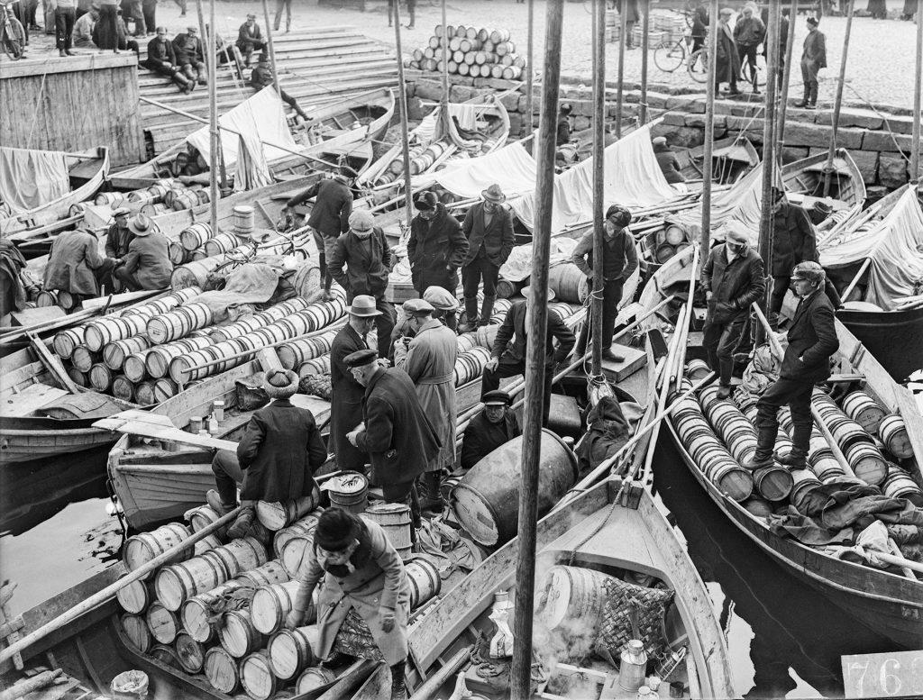 Veneitä on kokoontunut syysmarkkinoille Oulussa 1930-luvulla.