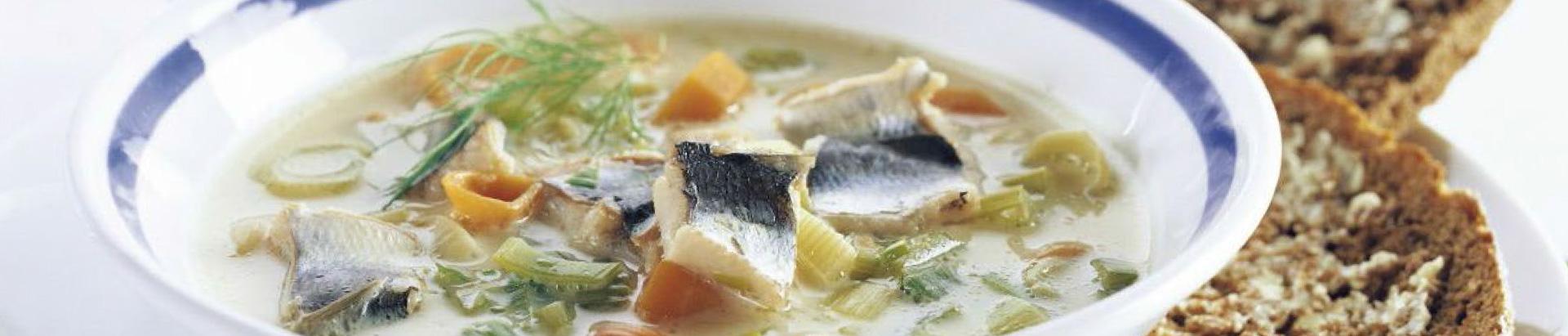 Lähikuva kalakeitosta lautasella